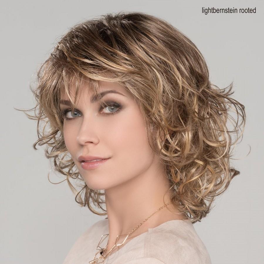 Perruque bouclée monofilament, un style farouchement féminin