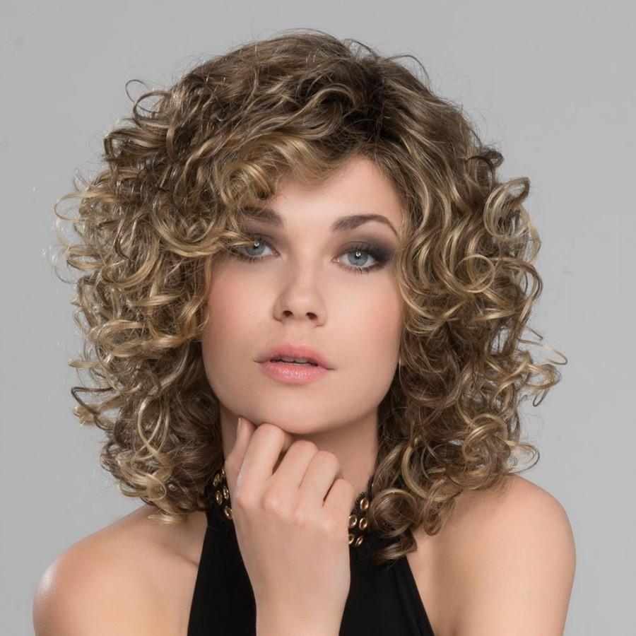 Perruque bouclée, une coiffure glamour et somptueuse