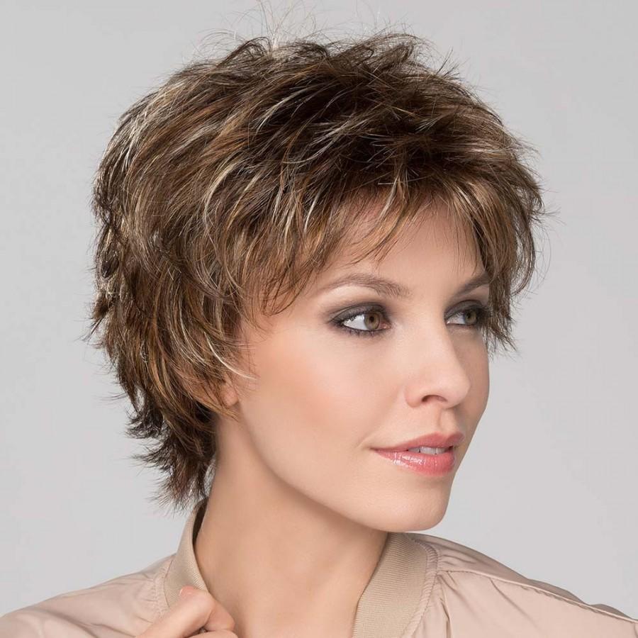 Perruque courte, un style tendance coiffé-décoiffé, délicieusement jeune