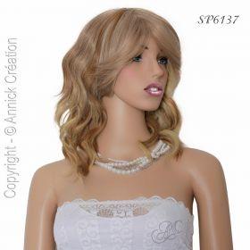 Perruque mi longue ondulée, une coiffure de starlette